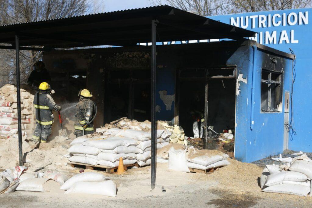 El fuego afectó en gran parte el comercio.Foto: Juan Thomes.