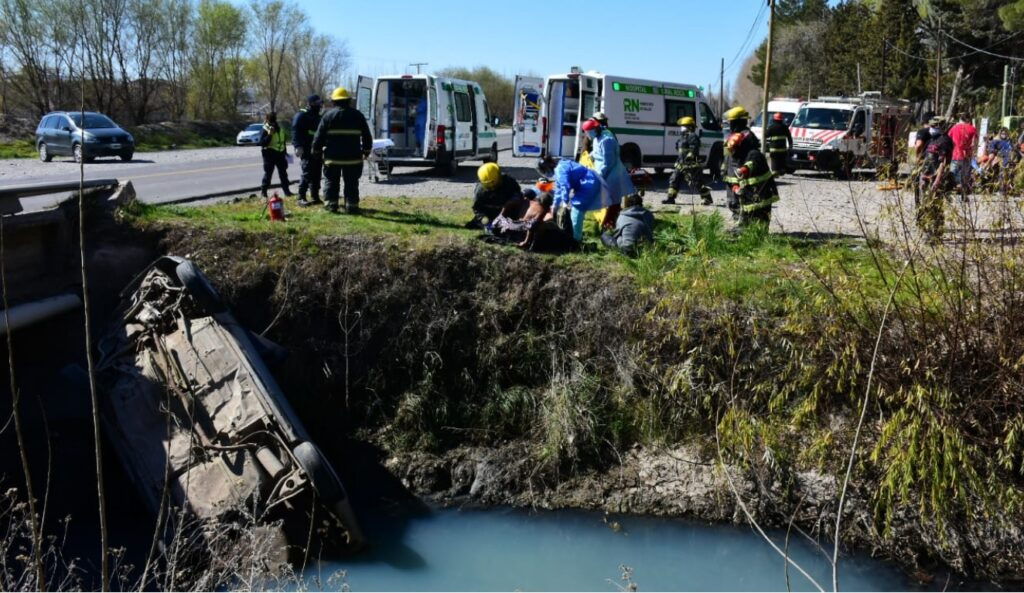 GENERAL ROCA: Iban nueve ocupantes en el auto y cayeron al canal
