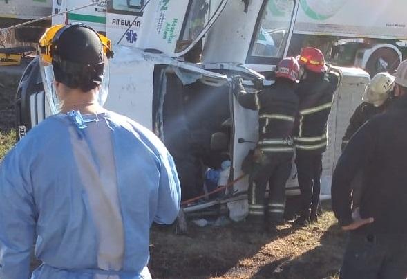 Volcó una camioneta del hospital de Allen en Ruta 22 con dos trabajadores de salud